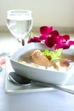 Tazón de fuente de sopa de pollo sana Fotografía de archivo libre de regalías