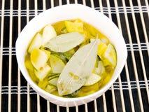 Tazón de fuente de sopa vegetariana del calabacín y de la paprika Foto de archivo libre de regalías