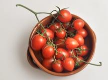 Tazón de fuente de tomates de cereza Fotografía de archivo libre de regalías
