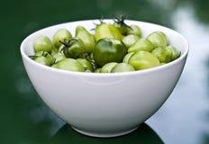 Tazón de fuente de tomates frescos del verde del bebé fotos de archivo