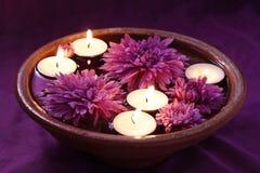 Tazón de fuente del aroma con las velas y las flores Imagen de archivo
