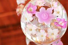 Tazón de fuente del aroma con las velas y las flores fotografía de archivo