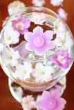 Tazón de fuente del aroma con las velas y las flores imágenes de archivo libres de regalías