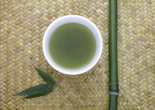 Tazón de fuente del té verde con el bambú Fotografía de archivo