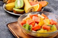 Tazón de fuente de ensalada de fruta fresca imagen de archivo libre de regalías