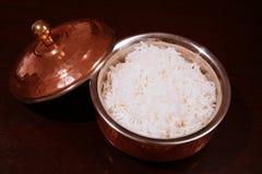 Tazón de fuente hervido del cobre del arroz blanco Imagen de archivo