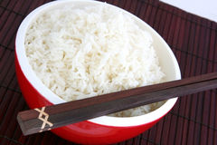 Tazón de fuente rojo de arroz Imagenes de archivo