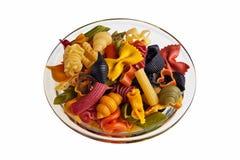 Tazón de fuente transparente con las pastas coloridas italianas. imagen de archivo