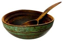 Tazón de fuente y cuchara de madera viejos Foto de archivo