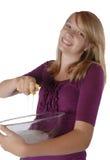 Tazón de fuente y esponja de la explotación agrícola del plato que se lava de la chica joven Foto de archivo libre de regalías