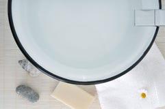 Tazón de fuente y jabón del fregadero del cuarto de baño imagenes de archivo