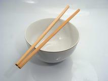 Tazón de fuente y palillos chinos Imagen de archivo