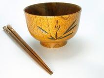 Tazón de fuente y palillos de madera Imagenes de archivo