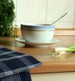 Tazón de fuente y toalla en cocina Foto de archivo libre de regalías