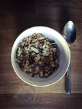 Taz?n de fuente del cereal y de la cuchara foto de archivo libre de regalías