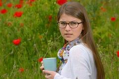 Taza adolescente de la bebida de la muchacha de té Imagen de archivo libre de regalías