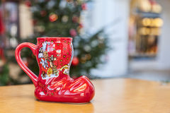 Taza alemana de la Navidad del vino en forma de una bota Imagenes de archivo