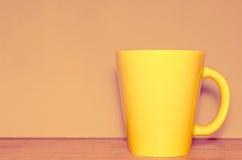 Taza amarilla Foto de archivo libre de regalías