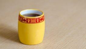 Taza amarilla de té Fotos de archivo