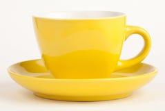 Taza amarilla vacía aislada en blanco Foto de archivo libre de regalías
