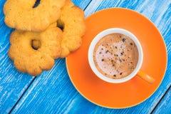 Taza anaranjada de galleta sabrosa del witt del café Foto de archivo