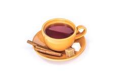 Taza anaranjada de taza del té con el azúcar y el canela Fotografía de archivo libre de regalías