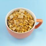 Taza anaranjada por completo de cereales Fotografía de archivo