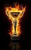 Taza ardiente del trofeo del oro en fondo negro imagen de archivo libre de regalías