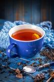 Taza azul con té negro Foto de archivo libre de regalías