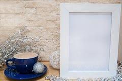 Taza azul de chocolate caliente y de decoración de plata de la Navidad libre imagen de archivo libre de regalías
