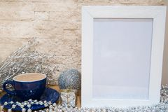 Taza azul de chocolate caliente y de decoración de plata de la Navidad libre fotos de archivo libres de regalías