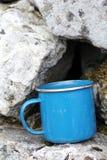 Taza azul de la lata Imagenes de archivo