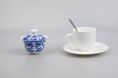Taza azul y blanca de la taza de café del ¼ Œ del porcelainï Fotos de archivo libres de regalías