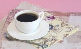 Taza blanca con café con las servilletas del vintage Foto de archivo