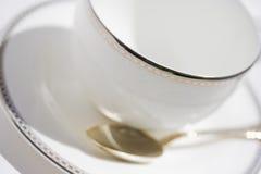 Taza blanca con el platillo y la cucharilla Fotos de archivo libres de regalías