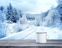 Taza blanca con la bebida en la tabla de madera fotografía de archivo libre de regalías