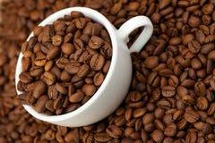 Taza blanca con los granos de café Fotografía de archivo