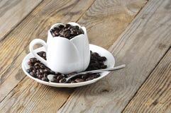 Taza blanca con los granos de café Fotografía de archivo libre de regalías