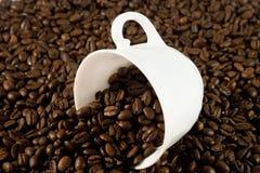 Taza blanca con los granos de café imágenes de archivo libres de regalías
