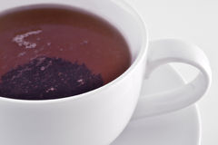 Taza blanca con té negro Foto de archivo libre de regalías