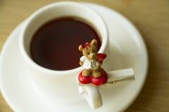 Taza blanca con té o café para amado Foto de archivo