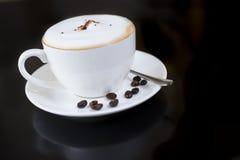 Taza blanca de café caliente fragante Imágenes de archivo libres de regalías