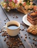 Taza blanca de café fuerte de la mañana en una tabla marrón Fotos de archivo