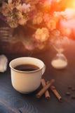 Taza blanca de café fuerte de la mañana en una tabla marrón Fotos de archivo libres de regalías