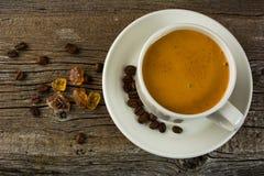 Taza blanca de café fuerte de la mañana, visión superior Foto de archivo libre de regalías