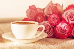 Taza blanca de café para la tarjeta del día de San Valentín o de mañana romántica con las rosas rosadas Fotografía de archivo