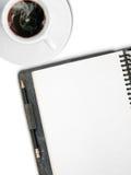 Taza blanca de café y de una paginación en blanco blanca de la cara Fotografía de archivo libre de regalías