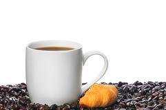 Taza blanca de café y del cruasán Imagenes de archivo