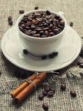 Taza blanca de granos de café Imagenes de archivo