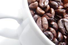 Taza blanca de granos de café. Foto de archivo libre de regalías